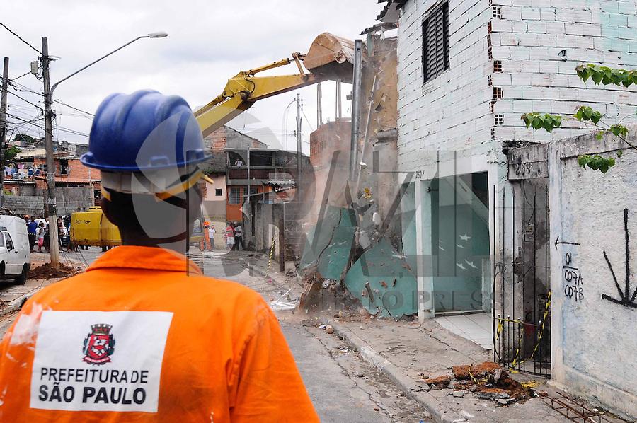 SAO PAULO-SP) 15 DE JANEIRO 2013 - DEMOLICAO CASAS.SP - CIDADES - A prefeitura e a defesa civil comeca a demolicao das Cinco casas que desabaram parcialmente em função das chuvas da noite de segunda-feira (14) na comunidade Pingo de Ouro, no Jabaquara, zona sul de São Paulo. FOTO: ADRIANO LIMA / BRAZIL PHOTO PRESS).