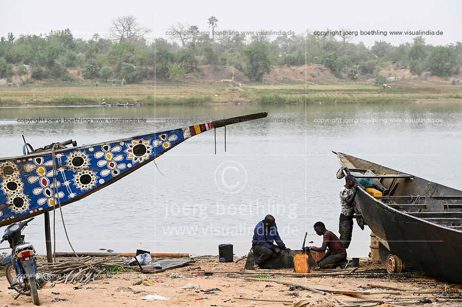 MALI, Kayes, Sengegal river,  boat building of  wooden Pinasse boats at river bank / Senegal Fluss, Bootsbau, Pinasse, Piroge aus Holz mit Bemalung