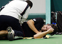 20-2-06, Netherlands, tennis, Rotterdam, ABNAMROWTT, Raemon Sluiter is being treated for an injury on his hip, he gave up the match