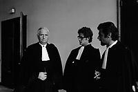 A l'intérieur du Palais de Justice. 6 octobre 1971. Plan taille des avocats des accusés en tenue. De g. à d. : maitres Rio (avocat de Pierre Vignal), Cathala (avocat de Guy Martin), Lamouroux (avocat de Roger Martin). Cliché pris lors du procès de René Vignal (ancien footballeur), accusé d'une série de braquages perpétués à Toulouse et dans la région bordelaise entre 1969 et 1970. Observation: Au côté de René Vignal, comparaissaient également MM. Francis Bataille, Roger Claverie, Roger Martin, Marcel Filiol, Jean-Pierre Arrou, Guy Martin, René Doncel et Jean-Louis Parrenin.