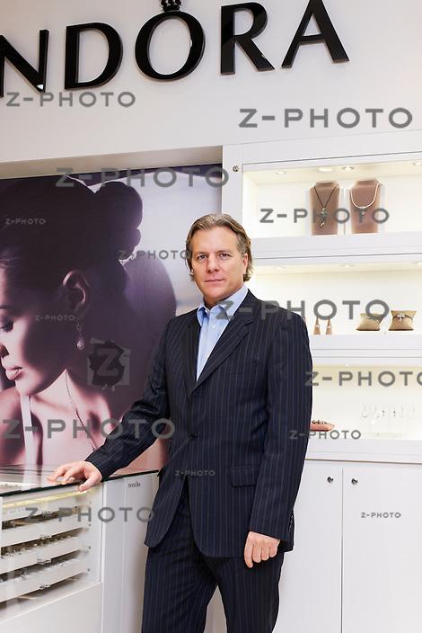 Portrait von Thomas Reinshagen Country Managing Director von Pandora Switzerland im Jelmoli in Zuerich am 6. Dezember 2011..Copyright © Zvonimir Pisonic