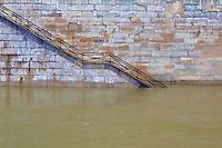 Senna, una scala che portava sul bordo fiume inagibile a causa della piena, Senna, a staircase leading to the edge of the river impassable due to flood, Senna, un escalier menant au bord de la rivière impraticables en raison des inondations