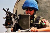 AL BAZURYAH / SUD LIBANO - 2007.PATTUGLIA CONTINGENTE ITALIANO UNIFIL..NELLA FOTO C.M. FLACCO SABRINA, 186 RGT. PARACADUTISTI DI STANZA A MARAKA, POCHI KM. DA TIRO..FOTO LIVIO SENIGALLIESI..AL BAZURYAH / SOUTH LEBANON - 2007.UNIFIL MISSION..ITALIAN CONTINGENT FEMALE SOLDIER PATROLLING THE STREET..PHOTO LIVIO SENIGALLIESI..