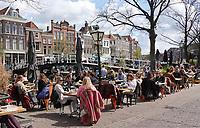 Nederland - Leiden - 2021. Terrassen aan de Nieuwe Rijn. De Botermarkt.  Foto ANP / Hollandse Hoogte / Berlinda van Dam