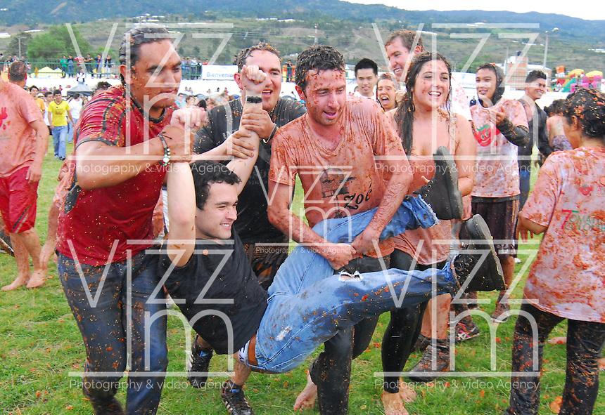 """SUTAMARCHÁN -COLOMBIA. 02-06-2013.  Sutamarchán, Boyacá, celebró la séptima versión de """"La Gran Tomatina Colombiana"""" en donde se utilizaron alrededor de 18.000 kilos de tomates no aptos apra consumo humano para que los participantes se divirtieran. Este evento se realiza en honor al principal producto de la región: el tomate./ Sutamarchan, Boyaca, celebrated the seventh verion of """"La Gran Tomatina Colombiana"""" . There were used more than 18.000 kg of tomatoes unfit for human consumption. This event is realized in honor of the main product of the region: The tomatoe.     Photo: VizzorImage / José Miguel Palencia/ Str"""