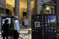 """Novembre 2020<br /> Pantheon - Roma - Basilica Santa Maria ad Martyres<br /> <br /> WINDOWOVER <br /> mostra fotografica di Antonella Di Girolamo<br /> <br /> 791 finestre per sperare, sognare, desiderare e andare avanti.<br /> Ogni giorno c'è una finestra dalla quale guardar fuori, finestre di case, di scale di edifici pubblici e privati, di automobili, irripetibili e ripetute, con ospiti o solitarie ma tutte che permettono di guardar fuori e continuare a vedere.<br /> """"WindowOver"""" esprime la speranza di sconfiggere ogni tipo di impedimento, sia fisico che mentale. """"Prigionie"""" dovute a mancanza dei diritti umani, a malattie invalidanti, a società dimenticanti, ma che grazie ad un impegno collettivo potranno essere sconfitte."""