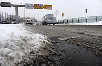 Wintereinbruch in Leipzig - erste geschlossene Schneedecke des Winters 2010 - Neuschnee - im Bild: Maximilianallee Schneematsch Fahrbahn Winterdienst Winterreifen .Foto: Norman Rembarz .