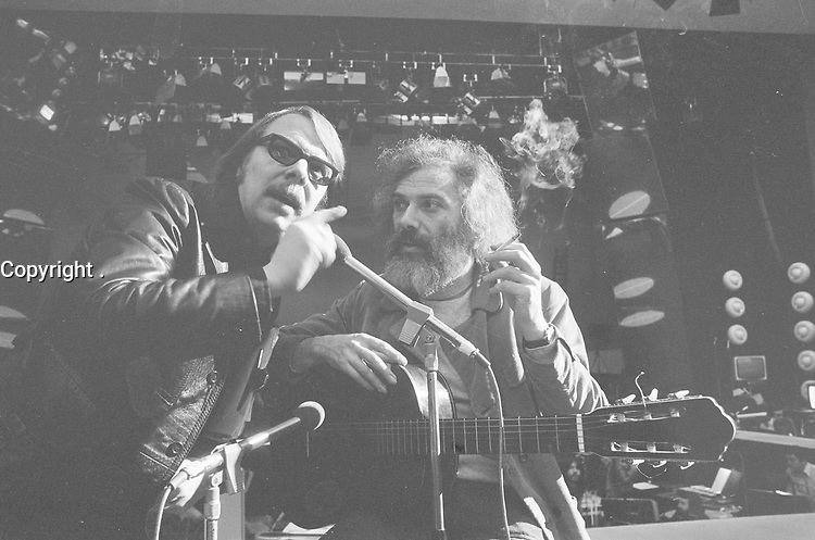Rehearsal for the Grand Gala du Disque; director Theo Ordeman (left) with the singer Georges Moustaki<br /> February 13, 1974<br /> <br /> Photographer Verhoeff, Bert / Anefo