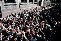 LETTLAND, 21.08.1991.Riga.Waehrend des Anti-Gorbatschow-Putsches versuchen sowjetische Truppen, die Kontrolle über Riga zu erhalten, mit dem Scheitern des Putsches gewinnt Lettland endgueltig seine Unabhaengigkeit. - Verkuendung der Unabhaengigkeit am verbarrikadierten Parlament durch Ausgabe von Handzetteln mit der Deklaration (Massenmedien waren druch den Putsch ausser Betrieb)..During the anti-Gorbachev-coup Soviet troops try to obtain control of Riga. With the failure of the coup Latvia finally regains its independence. - Declaring independence at the barricaded parliament by handing out leaflets (mass media was not working thanks to the coup)..© Martin Fejer/EST&OST