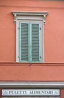 Europe/Italie/Ombrie/Citta di Castello : Fenêtre et enseigne alimentation