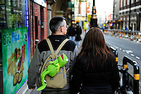 GREAT BRITAIN, London,  walking with Kermit the frog in backpack  / GROSSBRITANNIEN, London, spazieren mit Kermit dem Frosch im Rucksack