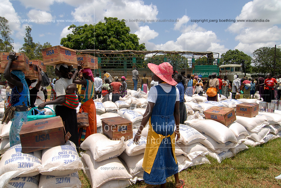 UGANDA, Kitgum , World Food Programme, distribution of EU aid maize and USAID cans with vegetable oil for internal displaced refugees of civil war between LRA and Ugandanian army