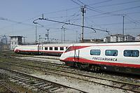 - Milano, scalo ferroviario della Stazione Centrale, treni ETR Freccia Bianca <br /> <br /> - Milan, Central Station railway station, ETR Freccia Bianca  trains parked