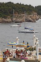 - spiaggia di un hotel a punta Verudela, barche a vela ..- beach of a hotel at cape Verudela, sailing boats