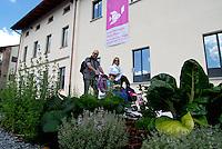 Milano - Rho Fiera 25/5/2015<br /> Expo 2015 - Cascina Trivulza.<br /> Giovane coppia con bambini passa tra le verdure dell'orto piantate all'esterno della cascina.<br /> Foto Livio Senigalliesi