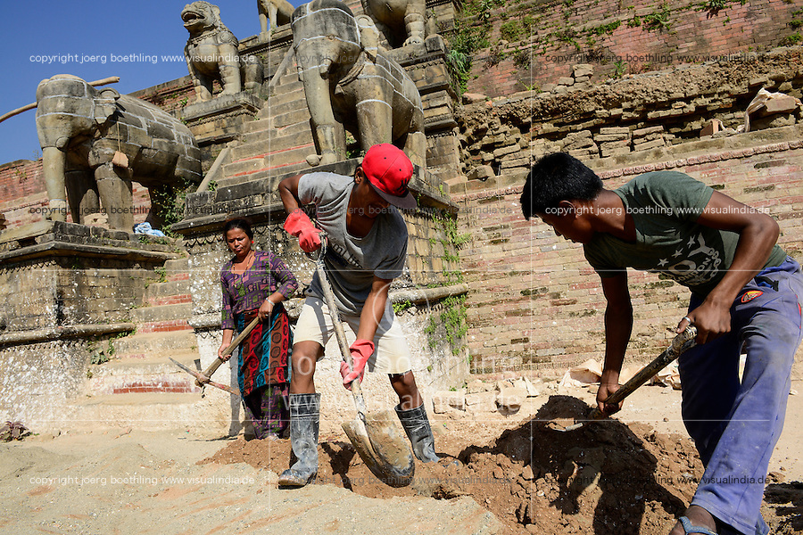 NEPAL Bhaktapur, Durbar Square, kings square, reconstruction of Fasidega temple after earthquake 2015/ Koenigsplatz, Wiederaufbau zerstoerter Fasidega Tempel