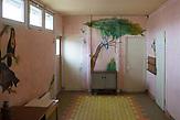 Der Pavillion der Waldorfschule Rosia. Die 3. bis 8. Klasse werden hier unterrichtet. /  Eine der 25 Waldorfschulen Rumäniens liegt in dem fast ausschließlich von Roma bewohnten Dorf Rosia in der Mitte des Landes. Anders als in Deutschland kommen die Schüler nicht aus bürgerlichen Familien, sondern meist aus einfachen Verhältnissen.