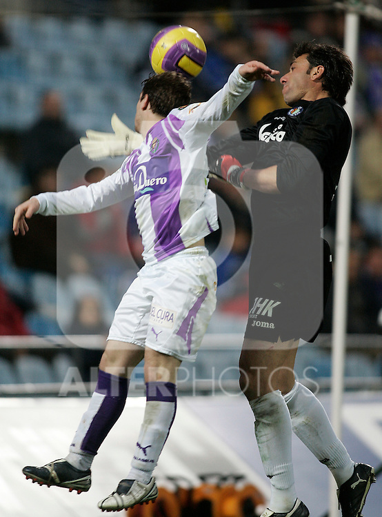 Gatafe's Roberto Carlos Abbondanzieri (r) and Real Valladolid's Sisi Gonzalez (l) during the Spanish League match between Getafe and Real Valladolid at Alfonso Perez Coliseum in Getafe, January 06 2008. (ALTERPHOTOS/Acero).