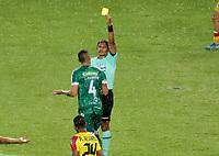 PEREIRA - COLOMBIA, 29-04-2021: Michael Espinoza, arbitro muestra tarjeta amarilla a Jean Franco Fuentes de La Equidad (COL) durante partido entre La Equidad (COL) y Aragua F. C. (VEN) por la Copa CONMEBOL Sudamericana 2021 en el Estadio Hernan Ramirez Villegas de la ciudad de Pereira. / Michael Espinoza, referee shows yellow card to Jean Franco Fuentes of La Equidad (COL) during a match beween La Equidad (COL) and Aragua F. C. (VEN) for the CONMEBOL Sudamericana Cup 2021 at the Hernan Ramirez Villegas Stadium, in Pereira city.  Photo: VizzorImage / Pablo Bohorquez / Cont.
