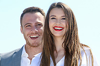 Leyla Lydia Tugutlu et Kerem Bursin posent lors du photocall de HEART OF THE CITY pendant le MIPTV a Cannes, le lundi 3 avril 2017.