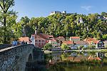 Germany, Bavaria, Upper Palatinate, Kallmuenz: with Castle Ruin Kallmuenz and river Naab | Deutschland, Bayern, Oberpfalz, Kallmuenz: mit dem Burgberg, der Burgruine Kallmuenz und dem Fluss Naab