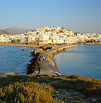 Greece, Cyclades, Island Naxos: largest island in the Cyclades island group - Naxos-Town (Chora): view of Town and Causeway | Griechenland, Kykladen, Insel Naxos: groesste Insel der Kykladen - Naxos-Stadt (Chora): Stadtansicht