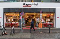 """Eindruecke vom ersten Tag des zweiten sog. """"Corona-Lockdown"""" aus der Berliner Sclossstrasse, eine der beliebtesten Einkaufsstrassen.<br /> Im Bild: In Berlin sind Buchhandlungen (hier eine Filiale von Hugendubel) von der Schliessung ausgenommen.<br /> 16.12.2020, Berlin<br /> Copyright: Christian-Ditsch.de"""