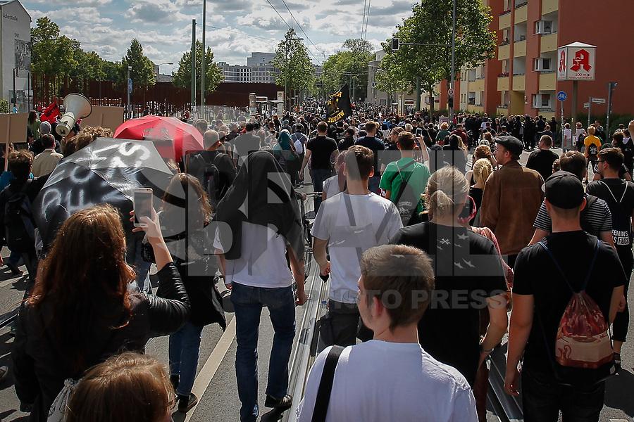 BERLIN,SP, 17.06.2017 - PROTESTO-BERLIN - Grupo antifacista protesta contra ato de extrema direita neste sábado, 17, em Berlim, capital da Alemanha. Centenas de pessoas tentaram furar o bloqueio da polícia, para evitar que acontecesse o ato da extrema direita, contra os imigrantes e refugiados na Alemanha. (Douglas Pingituro / Brazil Photo Press)