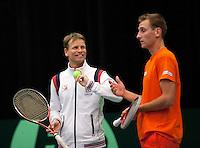 06-02-12, Netherlands,Tennis, Den Bosch, Daviscup Netherlands-Finland, Training, Captain Jan Siemerink met Thiemo de Bakker
