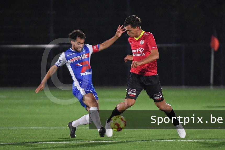 FC MANDEL UNITED IZEGEM - KSV OUDENAARDE :<br /> Jesse Martens (L) tracht een doorbraak van Daan Debouver (R) te verhinderen<br /> <br /> Foto VDB / Bart Vandenbroucke