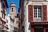 Europe/France/Aquitaine/64/Pyrénées-Atlantiques/Pays-Basque/Saint-Jean-de-Luz: Rue Saint-Jean et église Saint-Jean-Baptiste