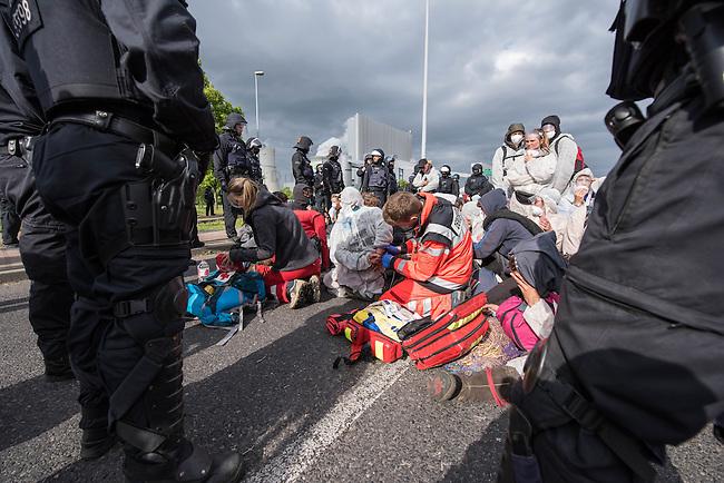 """Klimacamp """"Ende Gelaende"""" bei Proschim in der brandenburgischen Lausitz.<br /> Mehrere tausend Klimaaktivisten  aus Europa wollen zwischen dem 13. Mai und dem 16. Mai 2016 mit Aktionen den Braunkohletagebau blockieren um gegen die Nutzung fossiler Energie zu protestieren.<br /> Mehrere hundert Aktivisten stuermten am Nachmittag des 14. Mai das Gelaende des Kraftwerk Schwarze Pumpe. Die Polizei kam nach ca. 20 Minuten auf das Werksgaende und die Aktitivisten vierliessen das Gelaende wieder. Ca. 60 Personen wurden danach von der Polizei festgenommen.<br /> Im Bild: Aktivisten wurden vor dem Kraftwerksgelaende von Polizeibeamten festgesetzt. Personen die versuchten wegzulaufen wurden zum Teil mit Pfefferspray, Teleskopstahlruten und Tonfas von den Beamten daran gehindert.<br /> 14.5.2016, Schwarze Pumpe/Brandenburg<br /> Copyright: Christian-Ditsch.de<br /> [Inhaltsveraendernde Manipulation des Fotos nur nach ausdruecklicher Genehmigung des Fotografen. Vereinbarungen ueber Abtretung von Persoenlichkeitsrechten/Model Release der abgebildeten Person/Personen liegen nicht vor. NO MODEL RELEASE! Nur fuer Redaktionelle Zwecke. Don't publish without copyright Christian-Ditsch.de, Veroeffentlichung nur mit Fotografennennung, sowie gegen Honorar, MwSt. und Beleg. Konto: I N G - D i B a, IBAN DE58500105175400192269, BIC INGDDEFFXXX, Kontakt: post@christian-ditsch.de<br /> Bei der Bearbeitung der Dateiinformationen darf die Urheberkennzeichnung in den EXIF- und  IPTC-Daten nicht entfernt werden, diese sind in digitalen Medien nach §95c UrhG rechtlich geschuetzt. Der Urhebervermerk wird gemaess §13 UrhG verlangt.]"""