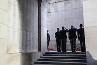 Les quatre vétérans de la délégation canadienne font un salut après avoir déposé une couronne au Mémorial de la Porte de Menin.30 juin 2016<br /> <br /> Photo : Julien Faure