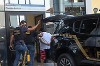 Campinas (SP), 16/04/2021 - Operação-Auxilio - Preso chega na sede da Polícia Federal em Campinas, durante a operação Lotter. A Polícia Federal deflagrou na manhã desta sexta-feira (16) duas operações para desarticular organização criminosa, situada no interior do estado de São Paulo, especializada em fraudar contas de beneficiários do auxílio emergencial.