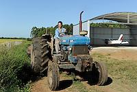 URUGUAY Bella Union, 2100 hectares farm with paddy, Ford tractor and Cessna Hangar / URUGUAY Bella Uniòn , 2100 Hektar Reis Farm der Brueder Karol und Aleco Pinczak, Nachkommen polnischer Einwanderer, Ford Traktor und Hangar fuer Kleinflugzeug Cessna von Farmer Karol Pinczak