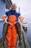 Europe/Norvège/Iles Lofoten/Ballstad: Dans une pècherie une ouvrière porte des Skrei Cabillaud