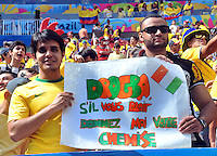BRASILIA - BRASIL -19-06-2014. Hinchas brasileños exhiben un cartel pidiendole la camiseta a drogba en el estadio Mane Garricha de Brasilia durante el partido del Grupo C entre Colombia (COL) y Costa de Marfil (CIV) hoy 19 de junio de 2014 en la Copa Mundial de la FIFA Brasil 2014./ Fans of Brazil show a poster ask to Drogba his shirt on the Mane Garricha stadium in Brasilia during the Group C match between Colombia (COL) and Ivory Coast (CIV) today June 19 2014 in the 2014 FIFA World Cup Brazil. Photo: VizzorImage / Alfredo Gutiérrez / Contribuidor