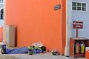 Doha Qatar novembre 2010. Operaio in pausa durante la costruzione dello sviluppo immobiliare The Pearl. Una parte è liberamente ispirata all'architettura di Venezia. A worker at rest during the construction works of the new real estate development The Pearl a part of which is freely inspired  by Venezia's architecture..