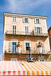 Frankreich, Provence-Alpes-Côte d'Azur, Nizza: Fassade eines typischen Gebaeudes auf dem Cours Saleya | France, Provence-Alpes-Côte d'Azur, Nice: facade of a typical French building at Cours Saleya