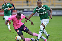 TUNJA -COLOMBIA, 02-04-2016. Daley Mena (Izq) jugador de Boyacá Chicó FC disputa el balón con Felipe Banguero (Der) jugador de Deportivo Cali durante partido por la fecha 11 Liga Águila I 2016 realizado en el estadio La Independencia en Tunja. / Daley Mena (L) player of Boyaca Chico FC fights for the ball with Felipe Banguero (R) player of Deportivo Cali during match for the date 11 of Aguila League I 2016 played at La Independencia stadium in Tunja. Photo: VizzorImage/César Melgarejo/Cont