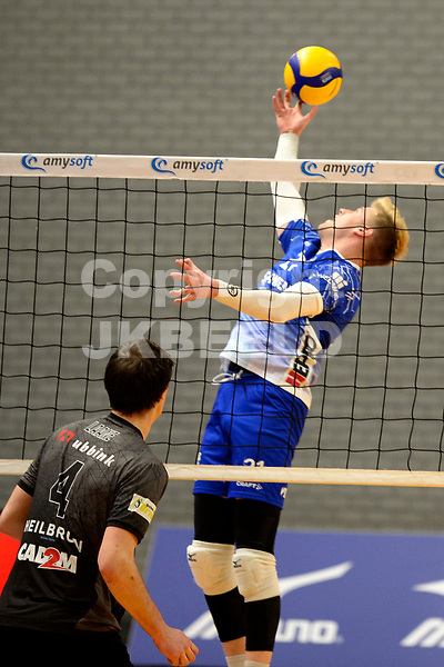 06-03-2021: Volleybal: Amysoft Lycurgus v Active Living Orion: Groningen Lycurgus speler Bennie Tuinstra rekt zich naar de bal