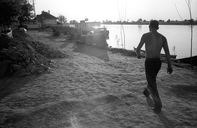 ROMANIA, Delta of Danube, Mila 23, April 2002..A man walking on the bank of the delta of Danube in Mila 23..ROUMANIE, Delta du Danube, Mila 23, Avril 2002..Un homme mache le long du Danube dans le delta à Mila 23..© Bruno Cogez