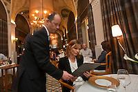 Europe/France/Rhône-Alpes/74/Haute Savoie/ Evian-les-Bains:  Evian Royal Resort  Service  au restaurant: Edouard VII à l'hôtel Evian Royal Resort; - au plafond: fresques de Jeaulmes