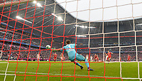 10.03.2018,  Football 1.Liga 2017/2018, 26. match day,  FC Bayern Muenchen - Hamburger SV, in Allianz Arena Muenchen. goal  6:0 per penalty of  Robert Lewandowski (FC Bayern Muenchen)  -  goalkeeper Christian Mathenia (li, Hamburger SV).  *** Local Caption *** +++ NED out !!! +++<br /> Contact: +49-40-22 63 02 60 , info@pixathlon.de