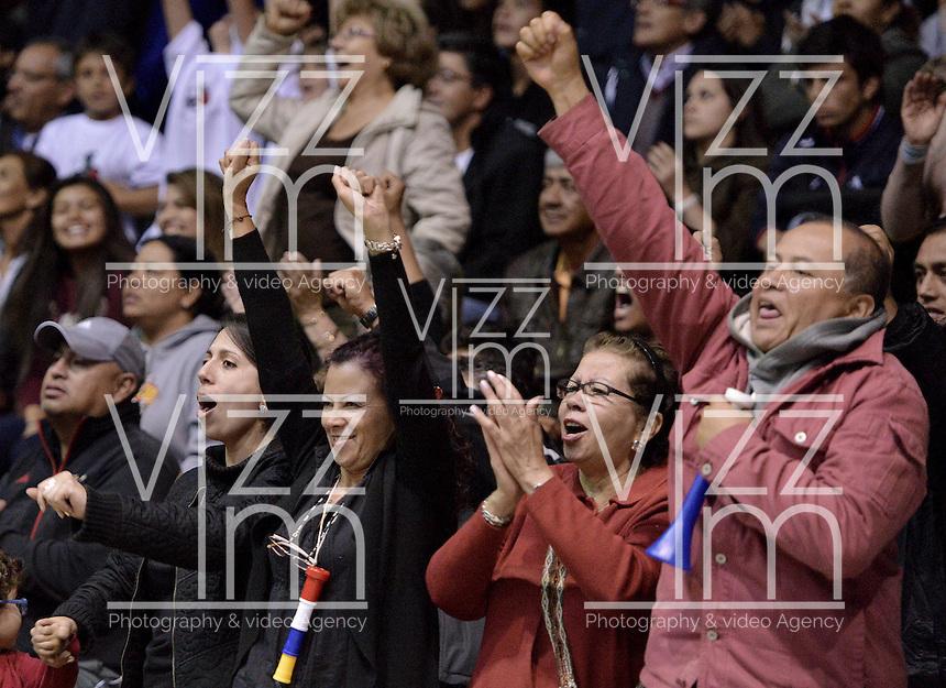 BOGOTÁ -COLOMBIA. 15-11-2013. Seguidores de Guerreros alienta a su equipo durante el encuentro entre Guerreros de Bogotá y Bambuqueros Utrahuilca durante el quinto partido de la semifinal de la  Liga DirecTV de Baloncesto 2013-II de Colombia realizado en el coliseo El Salitre de Bogotá./ Guerreros supporters ecourge their team during the fifth match of the semifinals between Guerreros de Bogota and Bambuqueros Utrahuilca for the DirecTV Basketball League 2013-II in Colombia at El Salitre coliseum in Bogota. Photo: VizzorImage / Gabriel Aponte/ Str