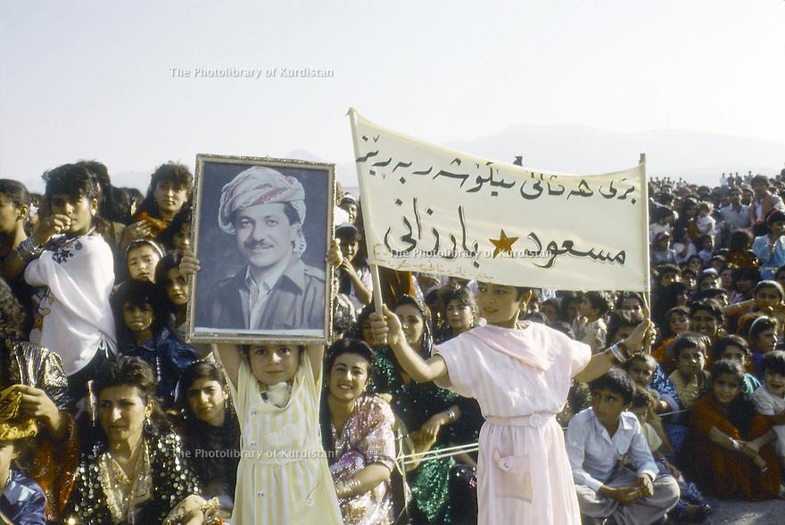 Irak 1991    Le 45 ème anniversaire du PDK, enfants brandissant le portrait de Masoud Barzani  Iraq 1991  Celebration of the 45th anniversary of KDP, children with the portrait of Masoud Barzani