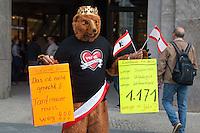 """25 Jahre nach Mauerfall wird in Deutschland bei den Loehnen noch immer nach Ost- und West-Deutschland unterschieden. So wird z.B. in Berlin den Beschaeftigten im neu eroeffneten Einkaufszentrum """"Mall of Berlin - LP12"""" ein geringerer Lohn gezahlt, als den Beschaeftigten am nur 150m entfernten Potsdamer Platz. Die Lohndifferenz betraegt jaehrlich bis zu 1.171,- Euro.<br /> Dagegen protstierte die Dienstleistungsgewerkschaft ver.di am Dienstag den 1. Oktober 2014.<br /> 1.10.2014, Berlin<br /> Copyright: Christian-Ditsch.de<br /> [Inhaltsveraendernde Manipulation des Fotos nur nach ausdruecklicher Genehmigung des Fotografen. Vereinbarungen ueber Abtretung von Persoenlichkeitsrechten/Model Release der abgebildeten Person/Personen liegen nicht vor. NO MODEL RELEASE! Don't publish without copyright Christian-Ditsch.de, Veroeffentlichung nur mit Fotografennennung, sowie gegen Honorar, MwSt. und Beleg. Konto: I N G - D i B a, IBAN DE58500105175400192269, BIC INGDDEFFXXX, Kontakt: post@christian-ditsch.de<br /> Urhebervermerk wird gemaess Paragraph 13 UHG verlangt.]"""