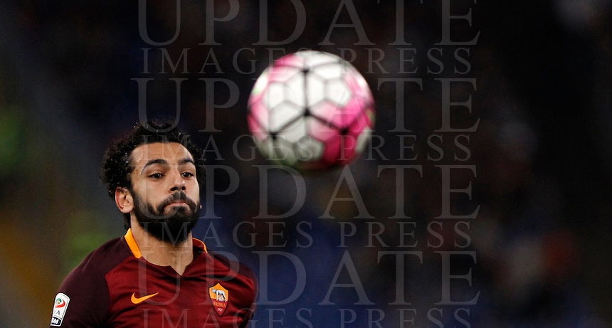 Calcio, Serie A: Roma vs Empoli. Roma, stadio Olimpico, 17 ottobre 2017.<br /> Roma's Mohamed Salah eyes the ball during the Italian Serie A football match between Roma and Empoli at Rome's Olympic stadium, 17 October 2015.<br /> UPDATE IMAGES PRESS/Isabella Bonotto