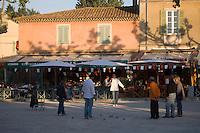 Europe/Provence-Alpes-Côte d'Azur/83/Var/Saint-Tropez: Partie de Pétanque sur la Place des lices  _ en fond le café des Arts