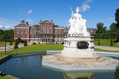 Great Britain, England, London: Kensington Palace, home of Prince William and Kate Middleton, with statue of Queen Victoria from 1837   Grossbritannien, England, London: Kensington Palace and gardens, home of Prince William and Kate Middleton, Queen Victoria Statue von 1837